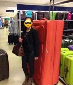 donna con valigia enorme